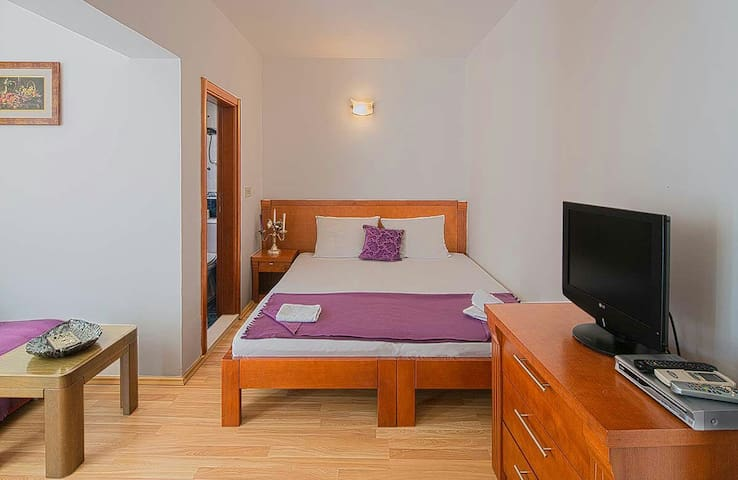 City center studio 3 min from beach