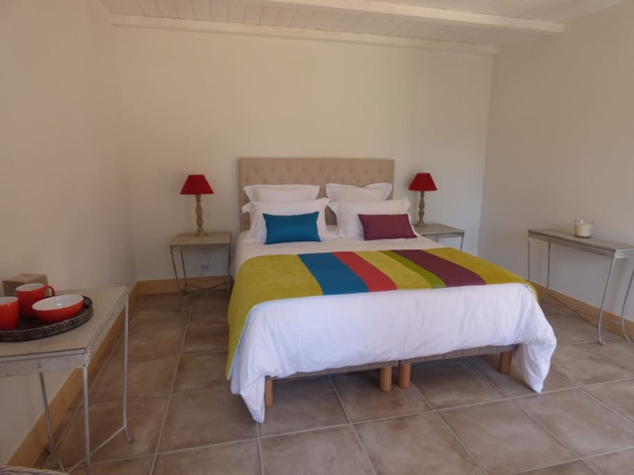 Chambre BOHÈME, 26m², lit queen size, terrasse privée, vue sur la piscine (120€/nuit)
