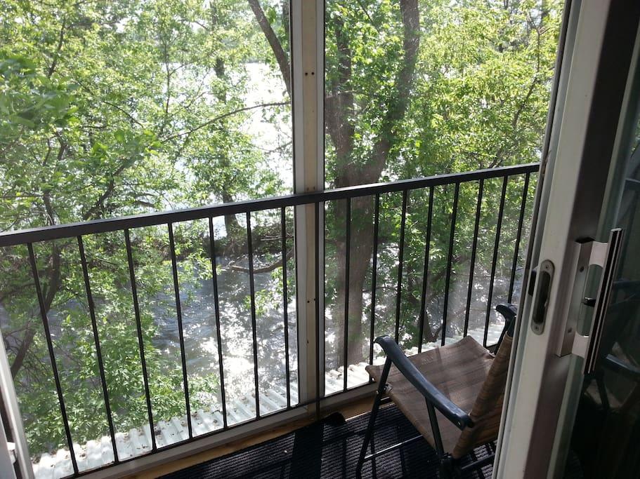 Balcon sur la rivière au mois de mai