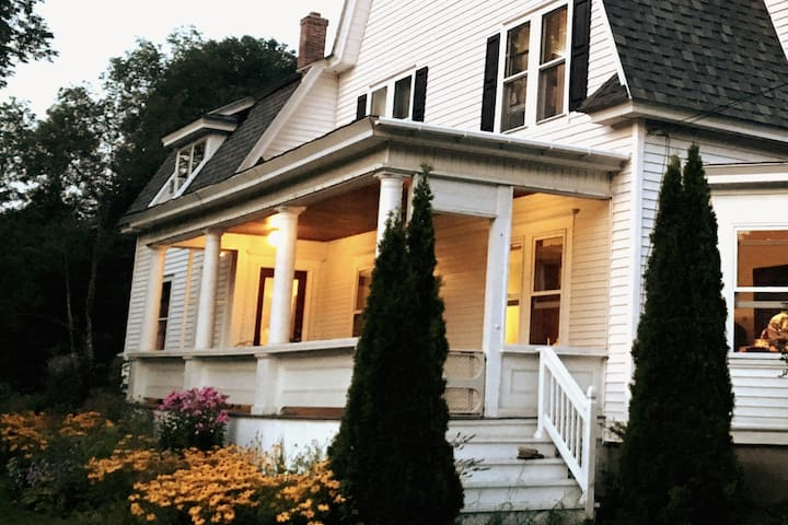 Comfy Dutch Colonial w/2 Queen Bds + dine on porch