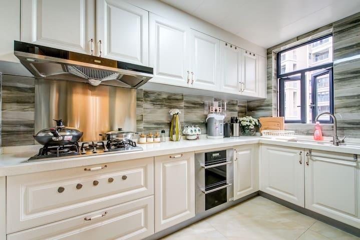 厨房,使用炊大皇炒菜锅、蒸笼、砧板,刀具十八子,美的热水壶,海尔恒温保温壶