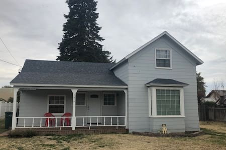 Clean, Comfy Home in the Heart of Milton Freewater