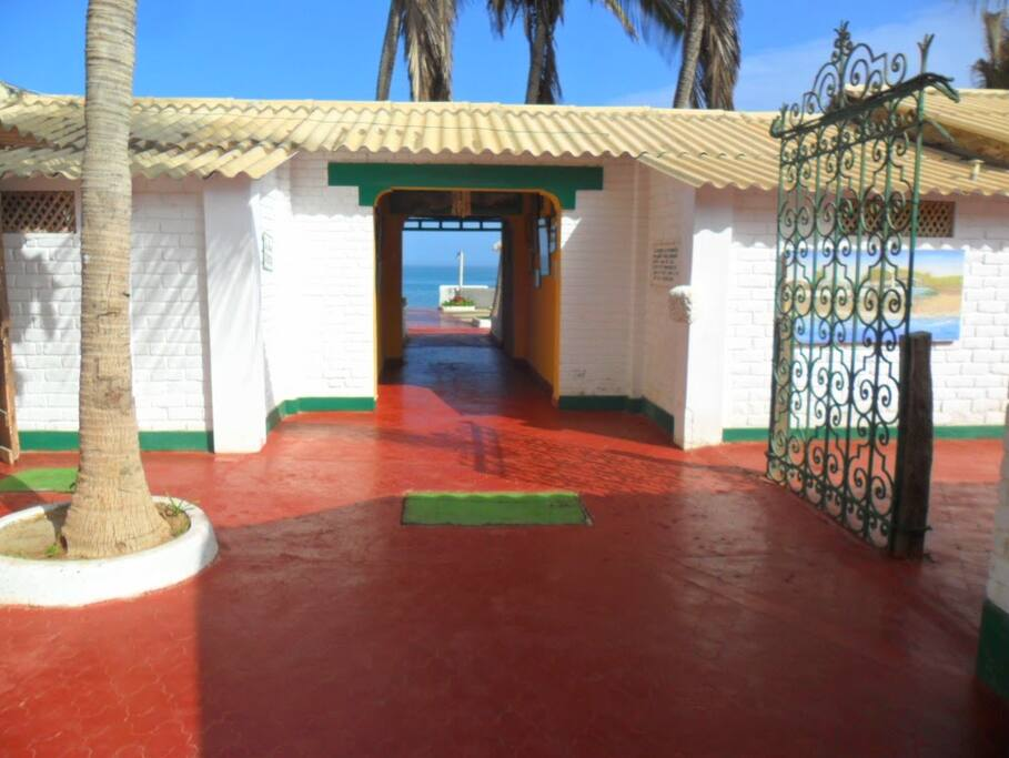 Al pasar el umbral de esta puerta, sólo tienes la inmensidad del mar azul, cielo limpio y aire sin contaminación.