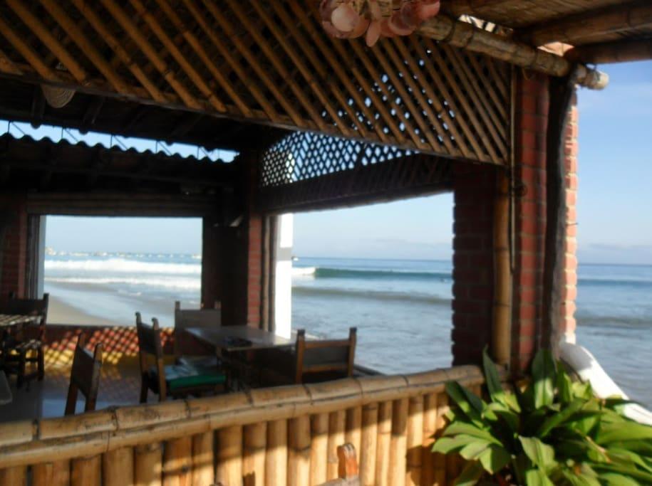 Comedor del Hotel, una de las áreas comunes de las que puedes disfrutar si te quedas en el Bungalow, la vista es espectacular.