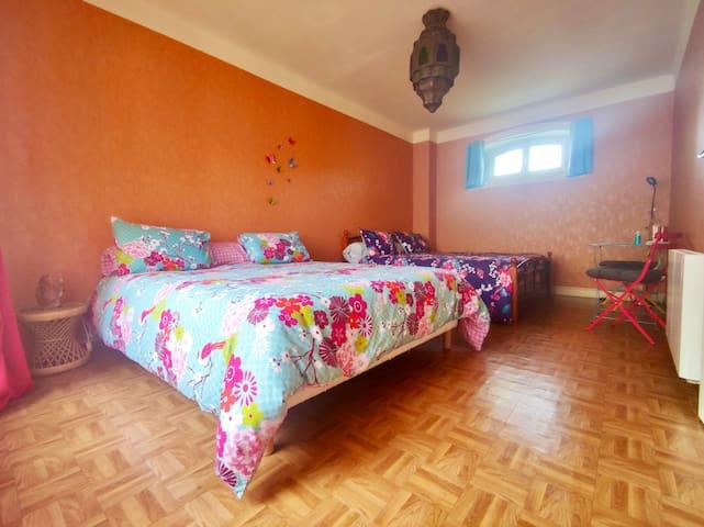 Chambre #2 Votre chambre pour 1 à 4 personnes (2 lits queen size) – premier étage de la maison.
