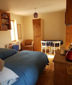 Twin-bedded downstairs room, adjacent shower room - Cranfield - 一軒家