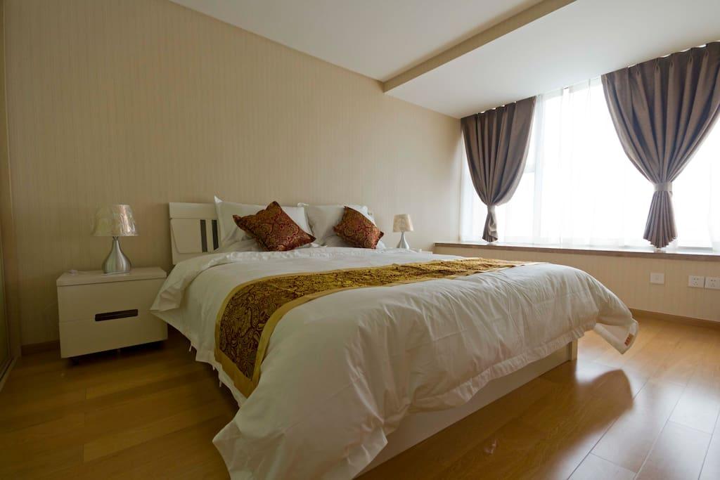 1.8米的大床,配有高档次的床垫及床上用品。