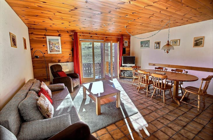 SKI-IN / SKI-OUT Les Crosets, ski on feet, 2 bedrooms, wifi, and indoor parking space (6-W)
