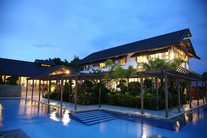 Tropical Resort Mansion - Palangka Raya City, Tangkiling - Casa