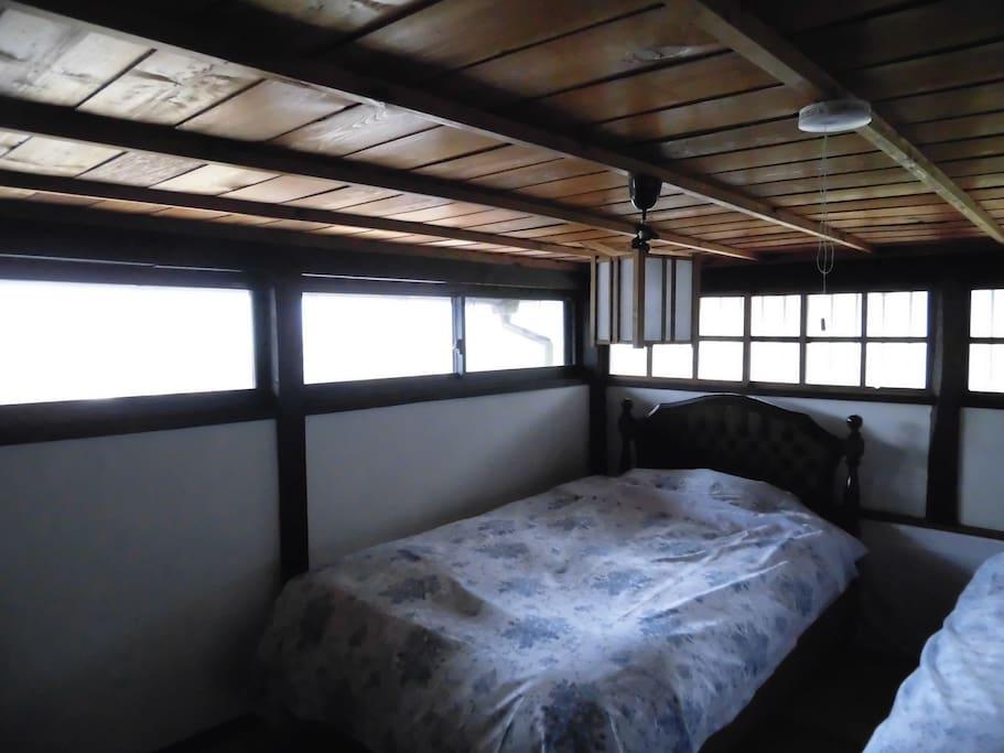 天井は低いけれど眺めのよい明るい部屋です
