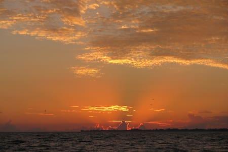 Fantastic location, Sun and sand at Riptide Condo - Fort Myers Beach - 아파트(콘도미니엄)