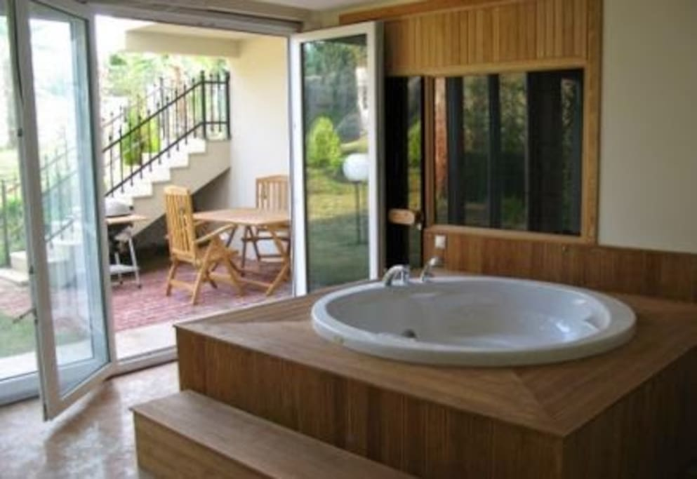 A cozy jacouzzi with a 4 people sauna