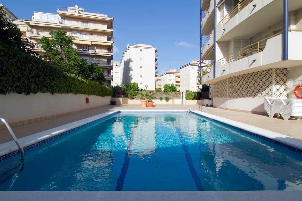 Planta baja con terraza piscina apartamentos en for Piscina sitges