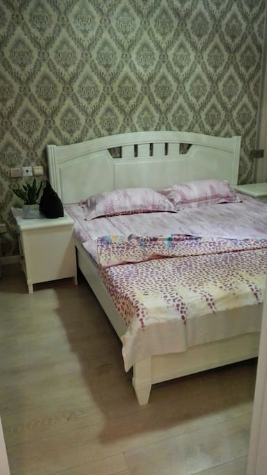 卧室一米八大床
