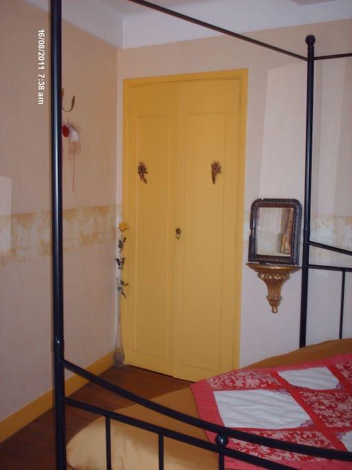 La chambre à la décoration romantique vous permettra de passer une belle nuit...