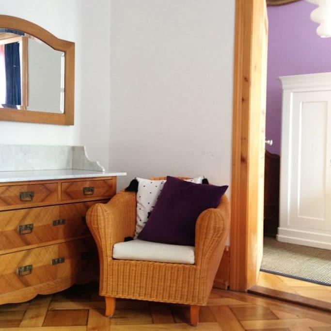 Das Wohnzimmer bietet Platz zum Entspannen und zum Arbeiten.