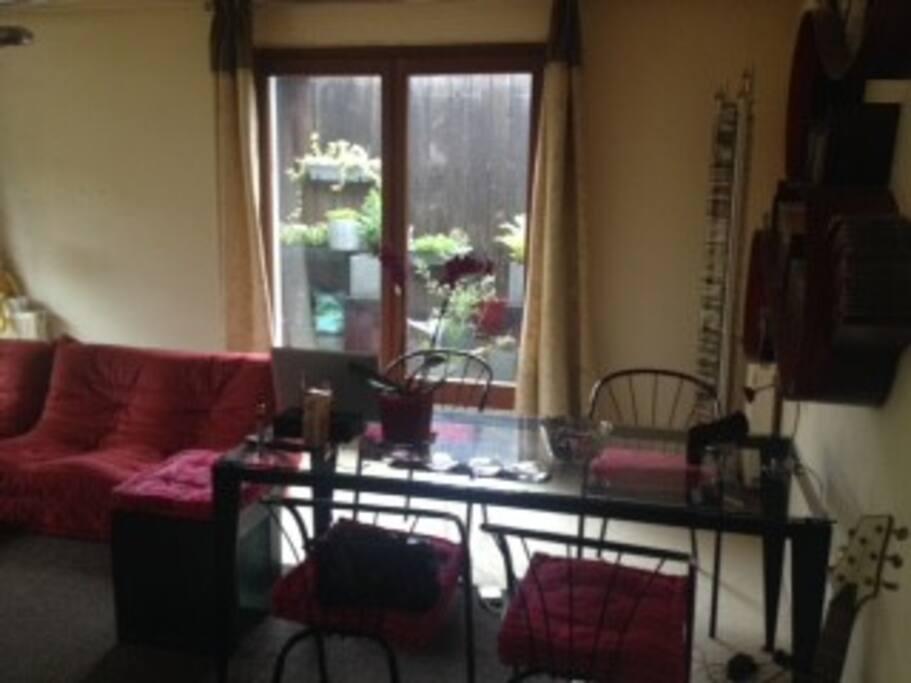 Salon avec porte fenêtre vers la terrasse