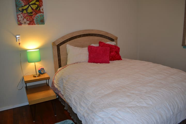 Retro Room with a Qn Bed-Cheery & Happy! Wifi too! - Kingman - Huis