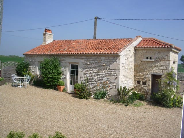 Le Pigeonnier beaches just 20 mins nr La Rochelle - Landrais - Hus