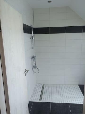 grande et spacieuse douche à l'italienne (manque la paroi de douche)