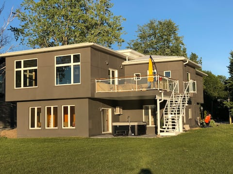 Large Waterfront Cottage with 100ft Shorewall.