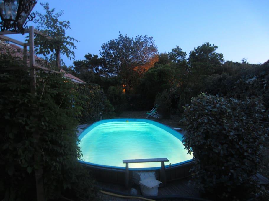 Vue extérieure: la piscine de nuit