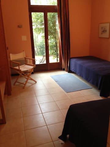 Chambre à 2 lits vers le parc/jardin