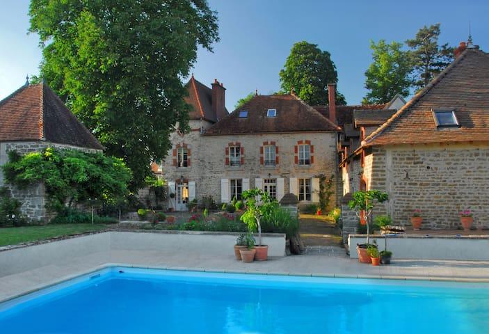 Domaine de Serrigny - Vandenesse-en-Auxois - 家庭式旅館