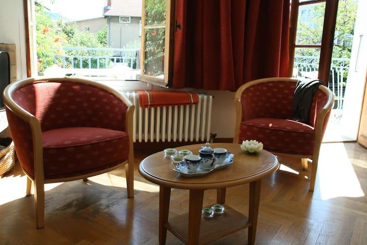 Le séjour-salon qui donne sur la terrasse exposée plein sud