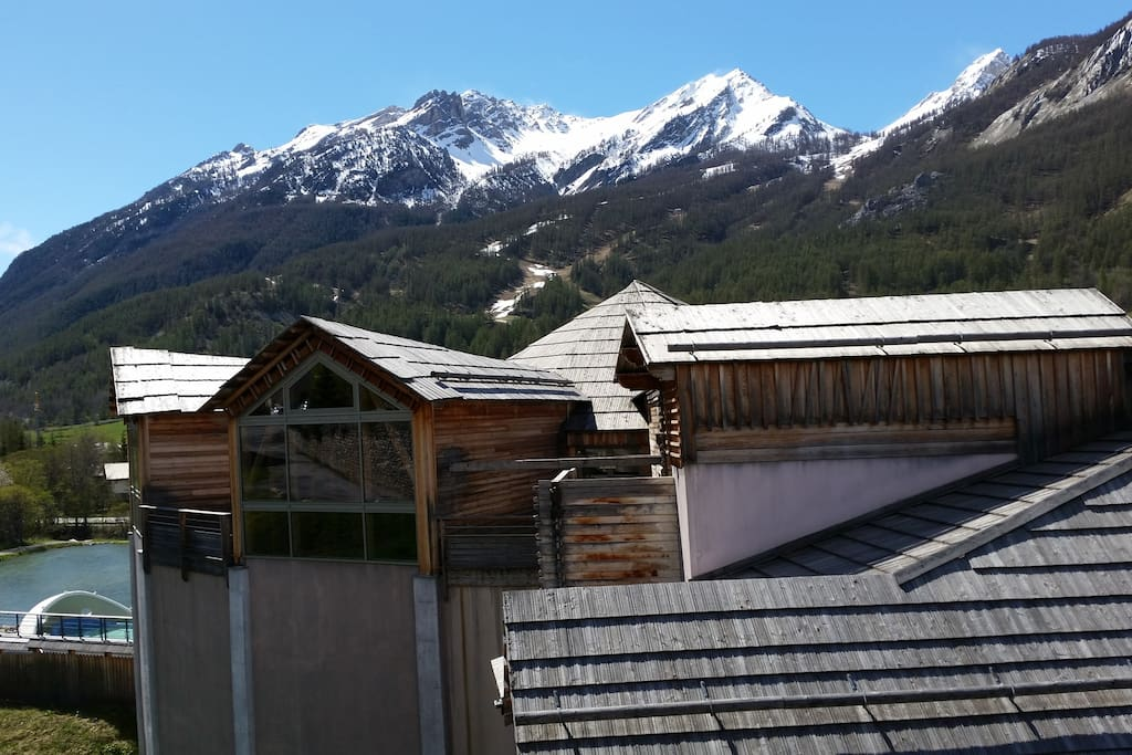 Depuis le Balcon vue sur les bains et les pistes de ski