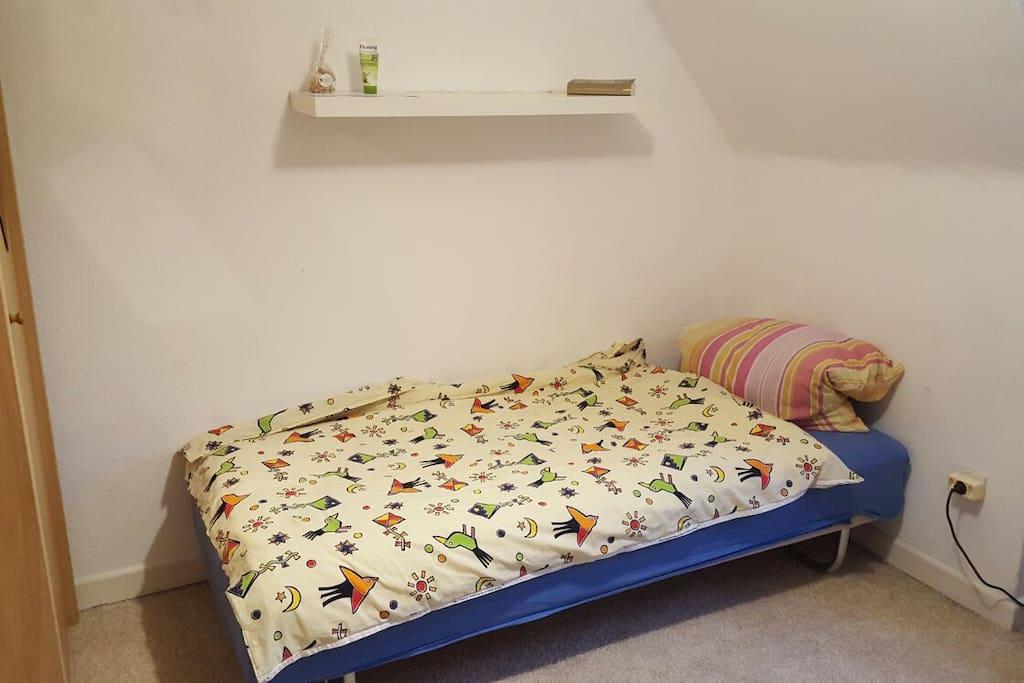 Dein Zimmer (zweite Person auf einer Matratze auf dem Boden)