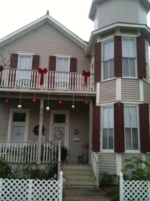 Small Victorian on the East End, close to shopping, downtown, fabulous eateries and the Cruise ships!