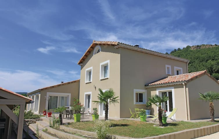 Holiday cottage with 4 bedrooms on 220 m² in Roynac