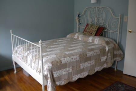 Quiet 'n' Cozy Room w/Private Bath - Spring Valley