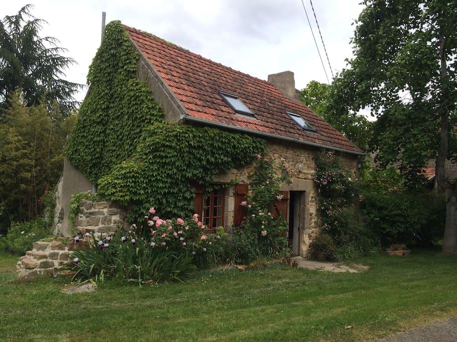 petite maison isol e dans jardin color guesthouses for rent in louroux de beaune auvergne. Black Bedroom Furniture Sets. Home Design Ideas
