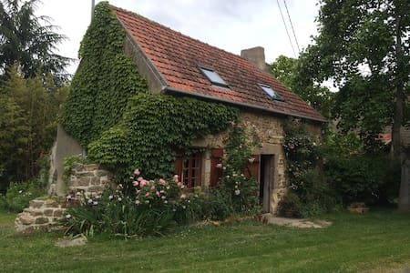 Petite maison  dans jardin coloré - Louroux-de-Beaune