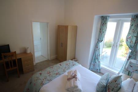 Commonwood Manor Garden View Room 3 - Looe