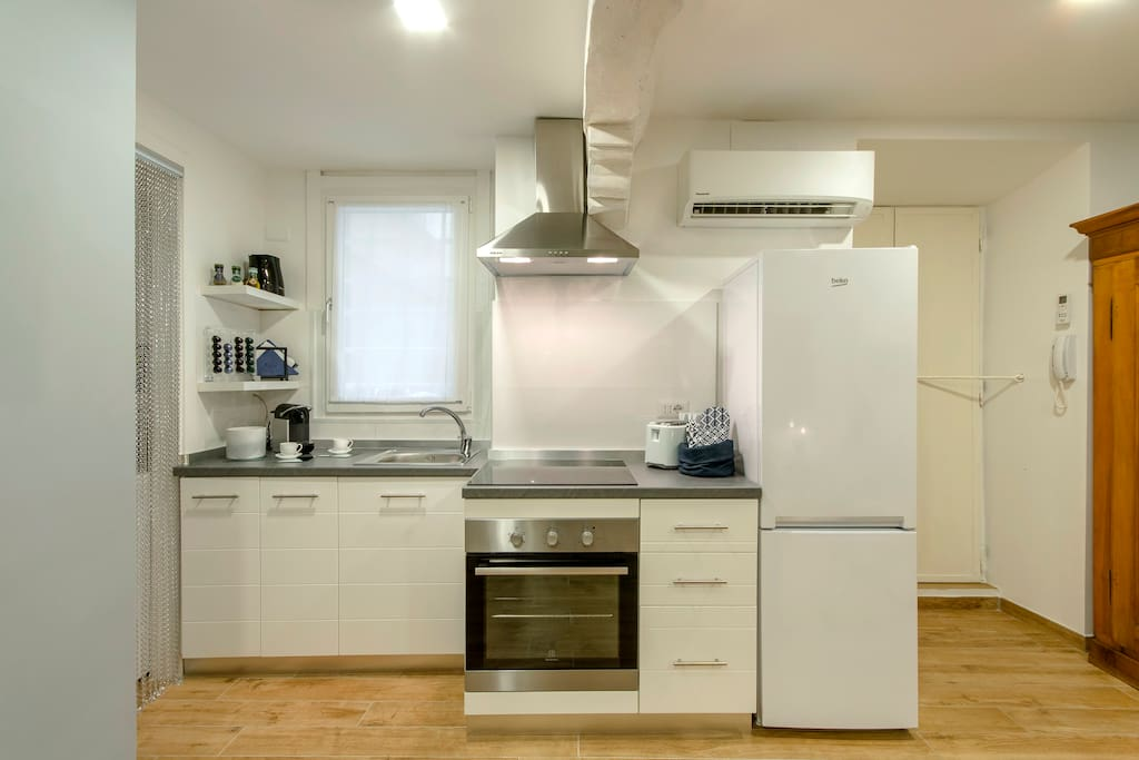 Brand new, recently renovated apartment in Center of Milan. 100% fully stocked kitchen, lots of extra amenities, towels, 1800+ thread count linen, etc!