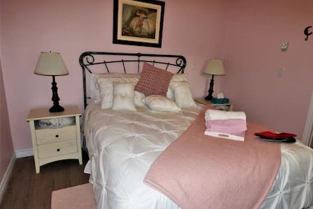 Chambre #1 pour 2 Queen size bed for 2 Coaticook