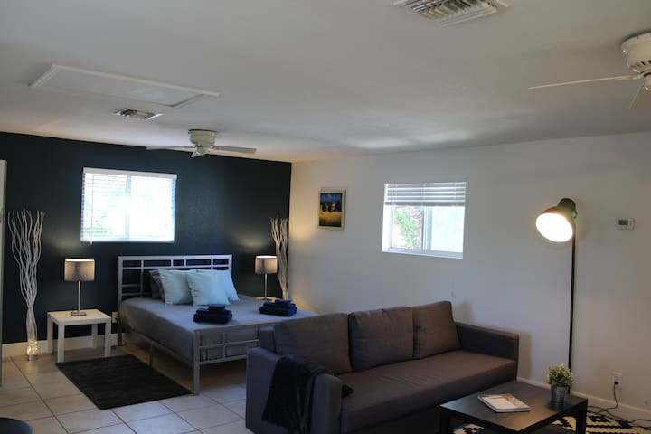 Large Studio (1 to 4 guests)- Heart of Gulfport
