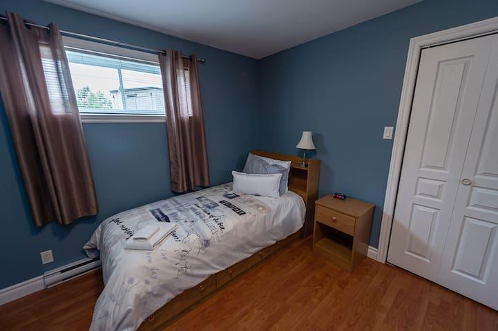 Chambre avec 2 lits simples au sous-sol