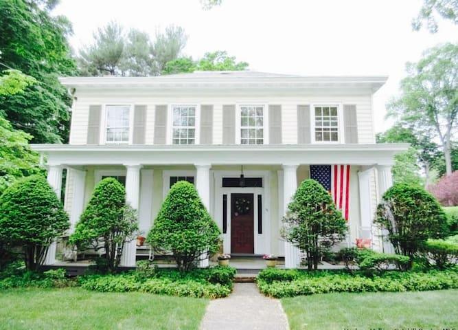 1844 Colonial Classic Make-Over- Pics to Follow - Saugerties - Casa
