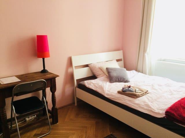 Cozy room right by Cityhall