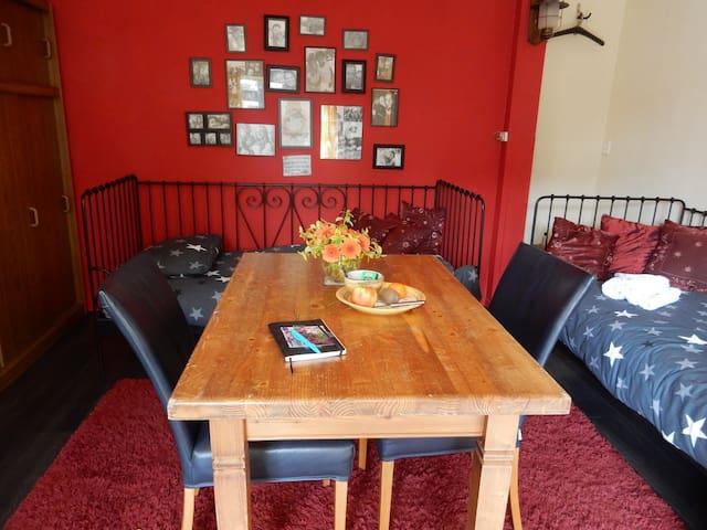 Eet- /werktafel met twee fijne stoelen