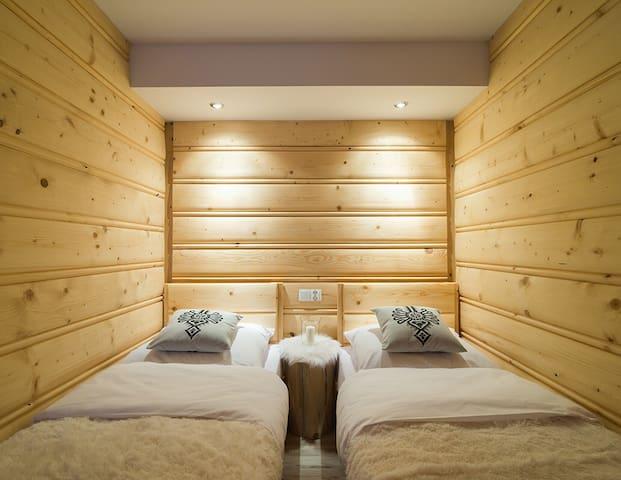 Sypialnia z dwoma pojedyńczymi łóżkami z możliwością łączenia i szafa