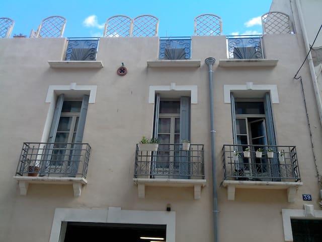 Trois balcons au 1er étage pour cet appartement avec chambre double, séjour, salle de bain et wc séparé.