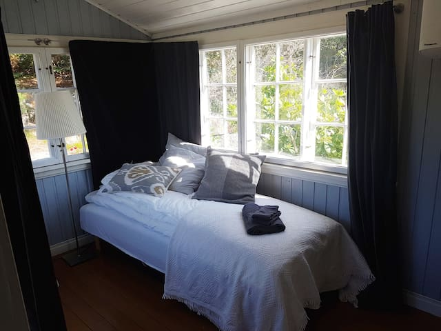 Bedroom 2/veranda with 90cm bed, 2nd floor, in-between room, air conditioning / heater, linens + towels for 1 person, removable partition wall