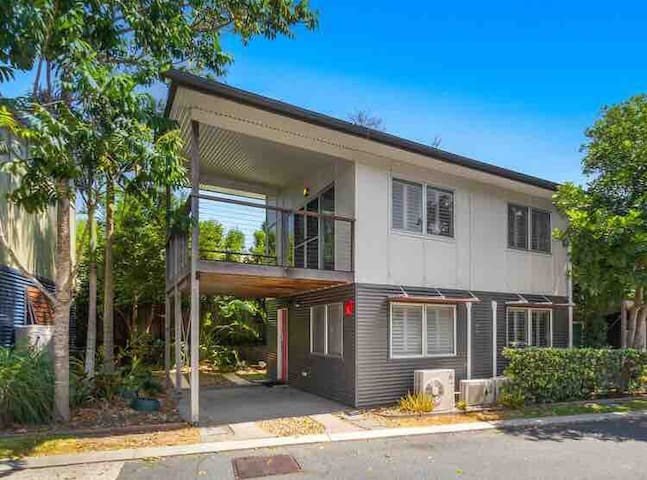 Entire town house - self contained. Walk to beach.