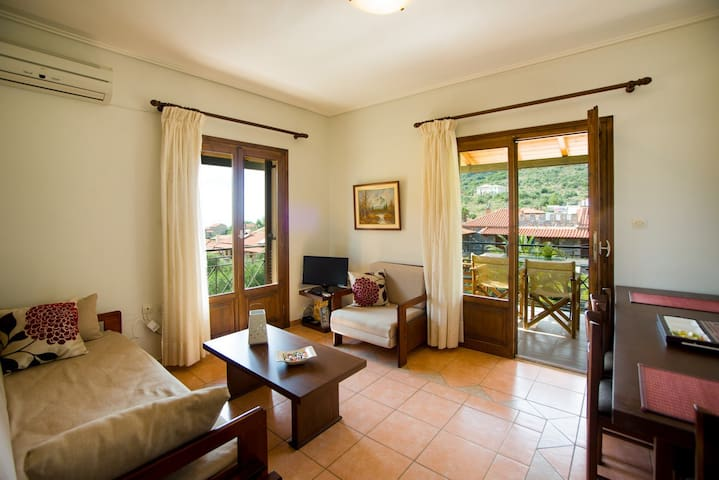 Rest and comfort in garden close to sandy beach - Stoupa - Apartment