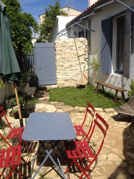La terrasse à la fois ensoleillée et ombragée par une glycine